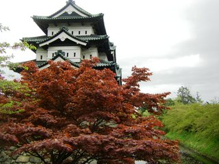 弘前城と紅葉.JPG